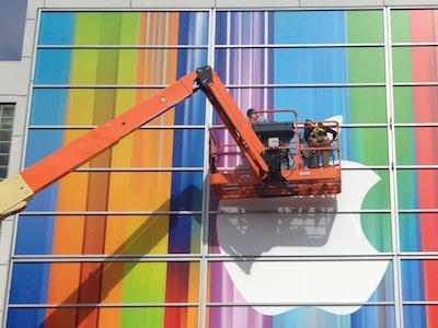 iPhone 5 發表會現場外牆裝飾的色彩很繽紛,透露什麼玄機?