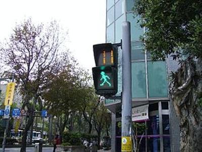 台灣小綠人很酷!德國紅綠燈有遊戲功能,跟對面路人比賽,非常有趣!