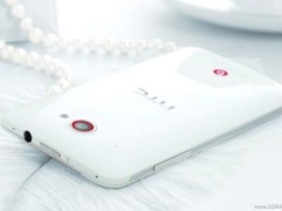 HTC J Butterfly 國際版 Deluxe DLX  實機照現身,擁有 5 吋 1080 p 螢幕