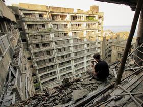 《007空降危機》反派大本營,軍艦島實況照片