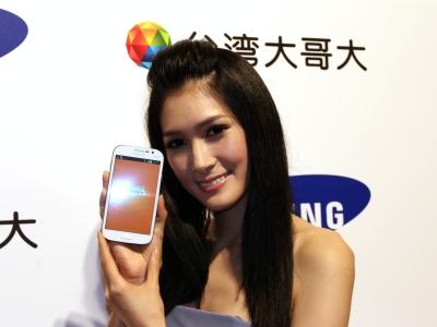 雙卡 Galaxy Grand Duos  5 吋大螢幕、多重畫面功能,搭資費只要 990 元