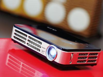購買微型投影機,畫質、價格、攜帶性怎麼評估?