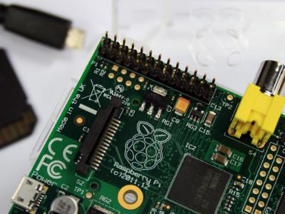 Raspberry Pi 魔改:用 XBMC 以及無線鍵盤搖桿套件變成影音中心