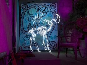 長時間曝光 光繪創作,攝影師 Darren Pearson 用光點對著空氣作畫