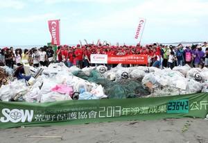 Canon響應淨灘總動員 攜手荒野保護協會參與「2013國際淨灘行動」