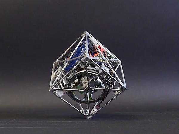 比人類更懂平衡的盒子機器人Cubli:可單腳站在斜面上保持自身平衡