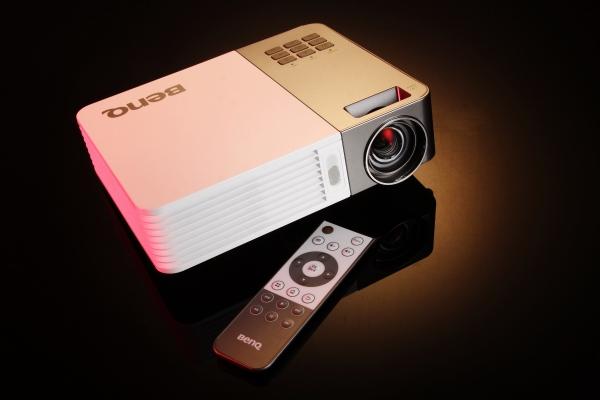亮度對比再升級,超輕便的微投影機 BenQ GP20