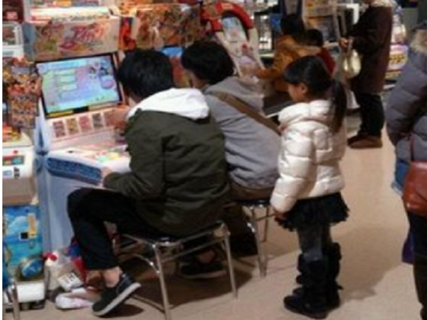 大叔,別跟小女生搶遊戲啊~日本宅男霸佔卡牌遊戲機成話題