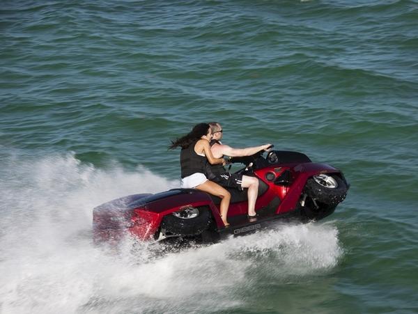 第一款真的可以在市場上買到的水陸兩用機車 Quadski