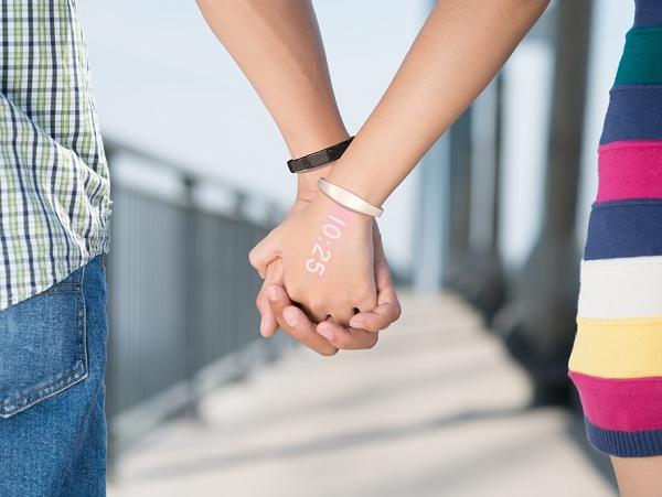 不需要螢幕和錶面的智慧型手錶 Ritot ,把所有資訊投影到你的手背上