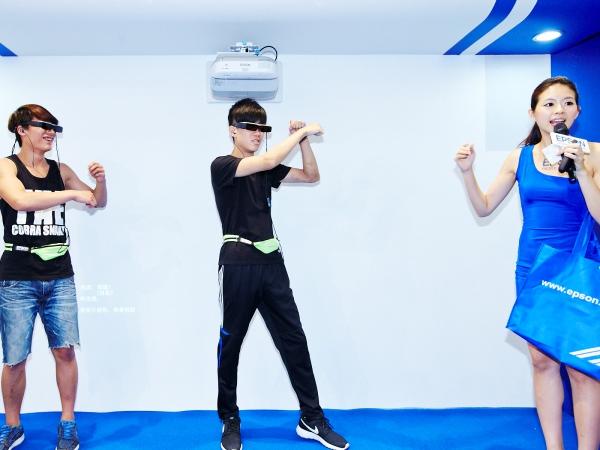 情人節擁抱正妹+好禮!Epson BT-200 3D智慧眼鏡0元澎湃愛戀價