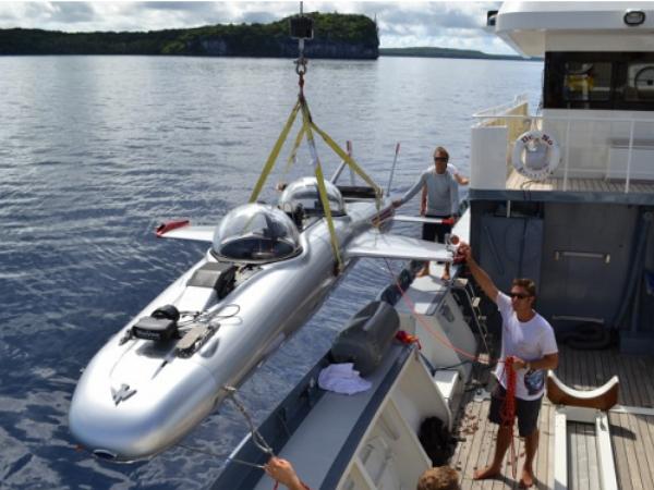 當年他設計的潛艇用來攻擊007,現在專為有錢人打造豪華潛艇