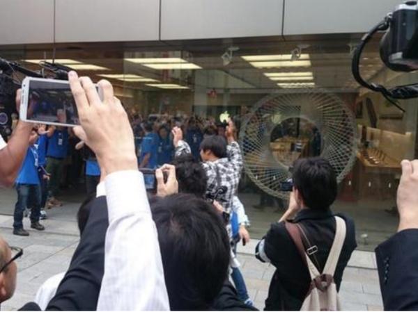 iPhone 6 日本開賣,強國人施展 人體解壓縮術 排隊遭警驅離