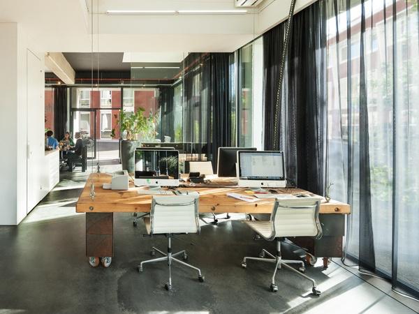 荷蘭老闆為了不讓員工加班,佛心設計下班會自動收起來的辦公桌