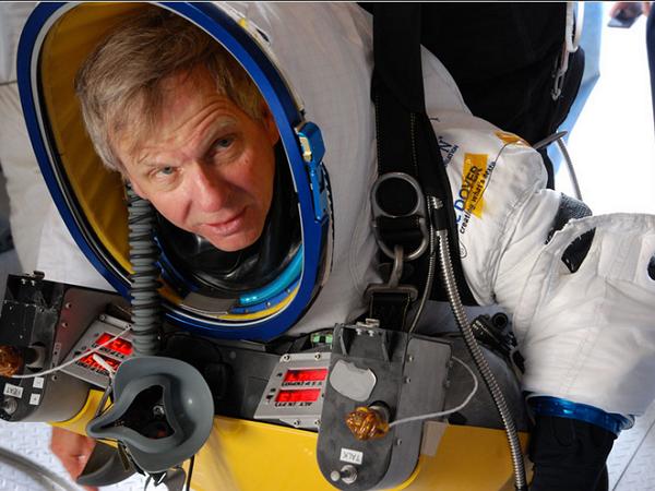 勇伯!57歲的 GOOGLE資深副總裁Alan Eustace 從13萬英尺高空跳傘