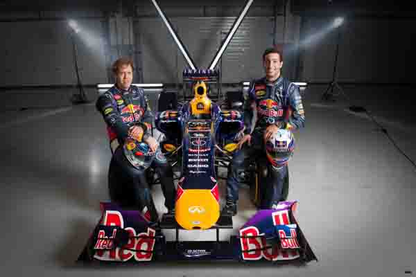 EDIFICE X Infiniti Red Bull Racing黑金競速 「黑」夜競速「金」準時計霸氣登場