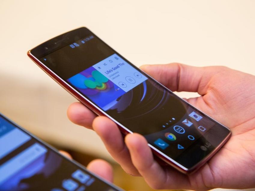 LG G Flex 2 曲面手機發表:自我修復刮痕能力提升,弧面更貼合臉型