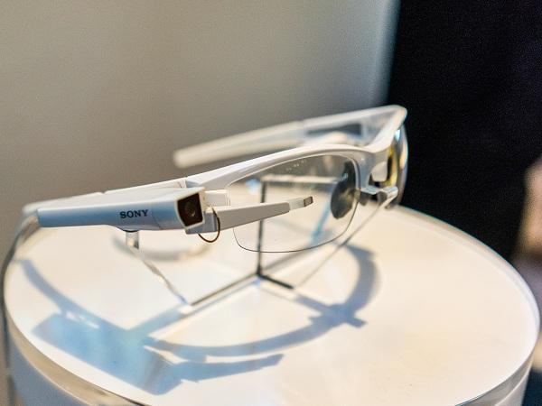 Sony在CES上的3個新創意產品:智慧眼鏡外掛模組、4K 超薄電視、可播音樂的燈具