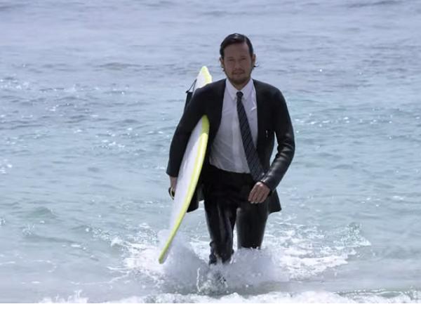 日本服裝品牌,打造了一款能讓上班族隨時去衝浪的防水西裝