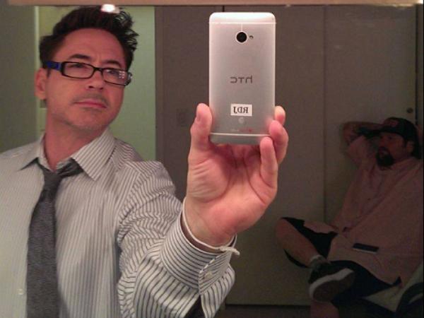小勞勃道尼臉書秀出HTC自拍照,他用的手機是哪一款?