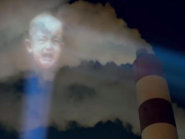 這不是蝙蝠燈!為了抗議空氣污染,他們把哭泣的人臉打上工廠排放的廢煙