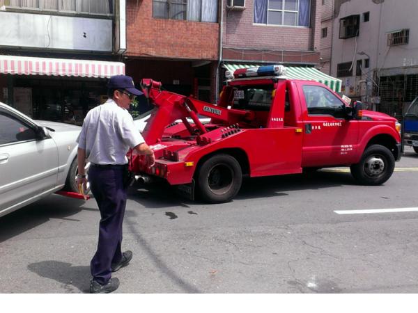 網路傳:「不要再笨笨的讓車子吊走,免被拖吊有撇步」 交通大隊怎麼說?