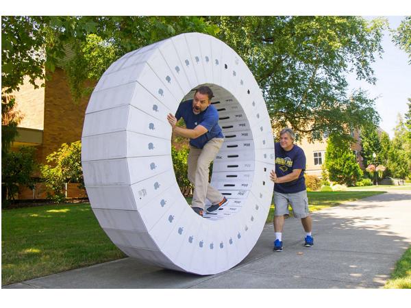 猜猜看要買多少台iMac,才能用空箱子組成這個人力滾輪?