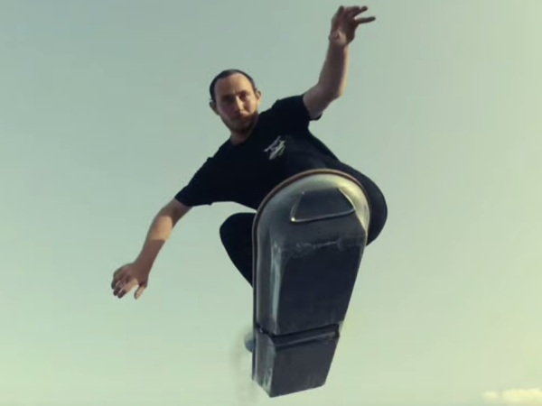Lexus 推出漂浮滑板!零磨擦還懸空滑過水池,背後的原理是......?