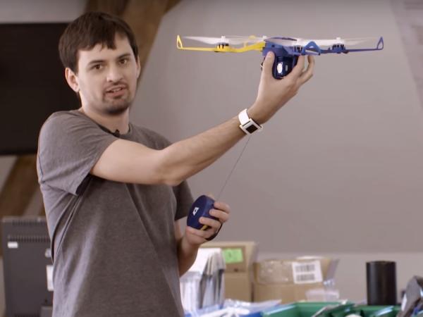 史上最容易操作的無人「自拍」機 Phi,不需遙控器放根繩子就能飛