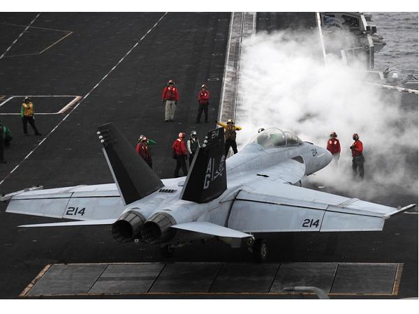 把車往水裡扔!看美國怎麼在航空母艦上測試戰鬥機電磁式拋射器