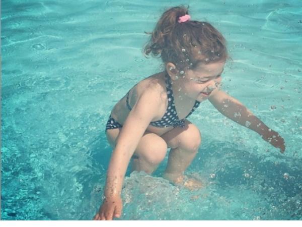 小女孩在水上或水下...你的答案是?