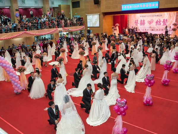 帶頭衝刺結婚率 中華電信集團婚禮 百名新人同場示愛