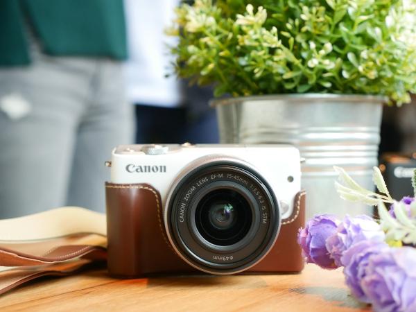 個性多色、輕巧自拍 Canon EOS M10 繽紛上市,單鏡組售價僅 14,900 元