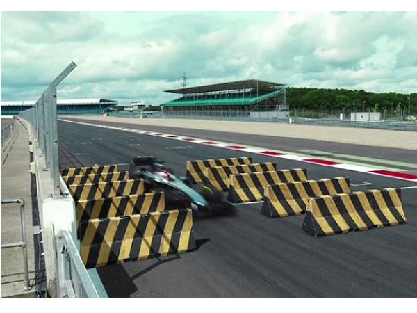 F1試膽大會,300公里時速下挑戰240公分護欄縫隙極限穿越!