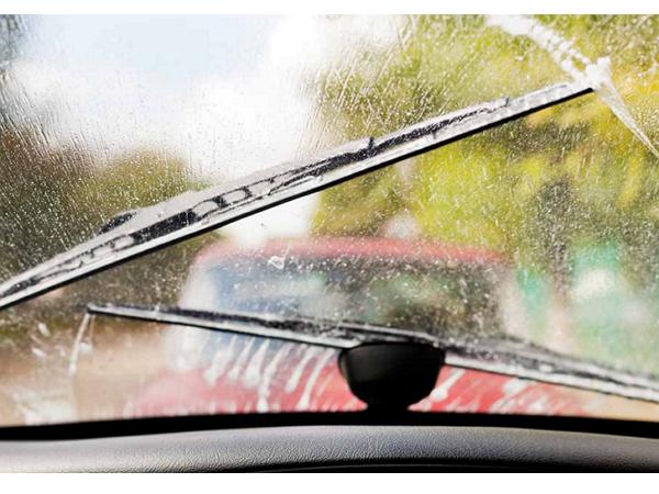 擋風玻璃油膜拔除劑正確使用法,讓雨天不再霧茫茫