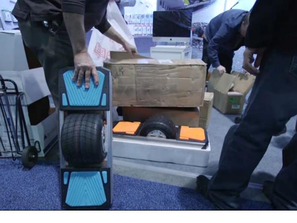 多名警察進入CES展區,當場將中國涉侵權的電動平衡車查封帶走