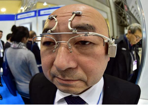 日本舉辦了一場可穿戴裝置博覽會,這是裡頭的奇葩裝置