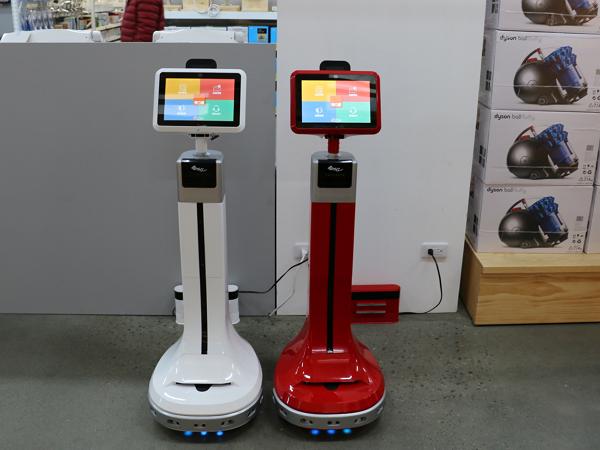 XYZrobot整合型服務機器人進駐特力屋,具備室內定位導航、線上即時客服