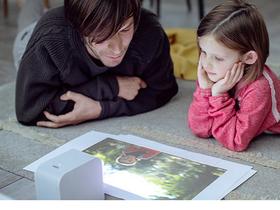 投影機玩法從此不一樣!Sony的超短焦投影機,桌面、天花板、地板都能變成80吋大畫面