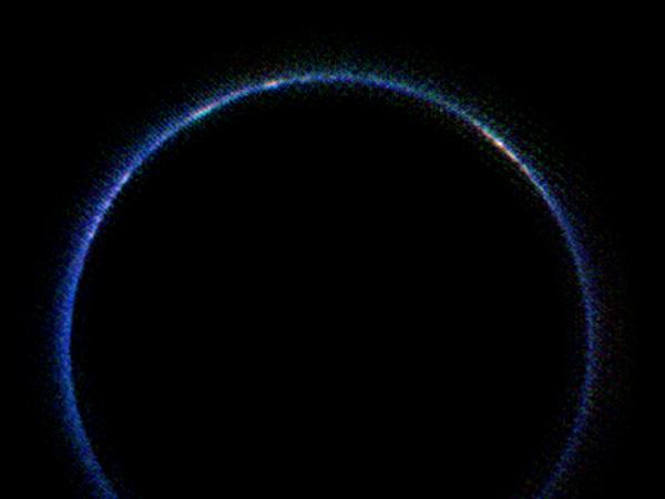 NASA公布冥王星的新照片:它的大氣層是藍色的!