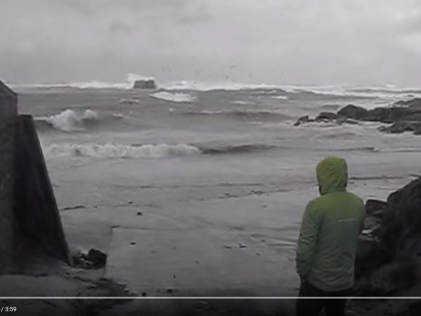 這則影片讓你下次有風暴來襲時,不敢再靠近海邊