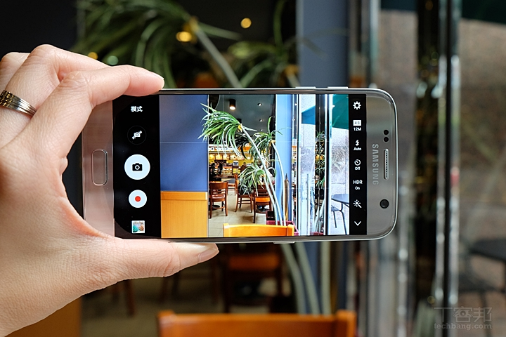 三星 Galaxy S7 動手玩,拍照效果更強大、IP68 防水很實用