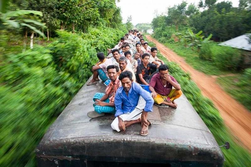 孟加拉恐怖通勤之旅,車頂就是自由座