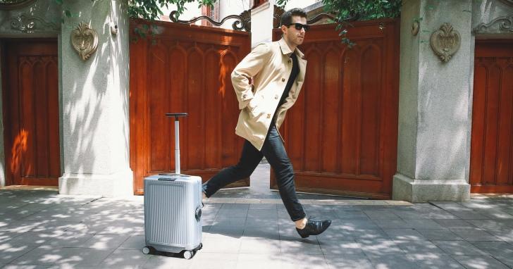 不用自己推,COWAROBOT R1智慧行李箱自動跟著你跑