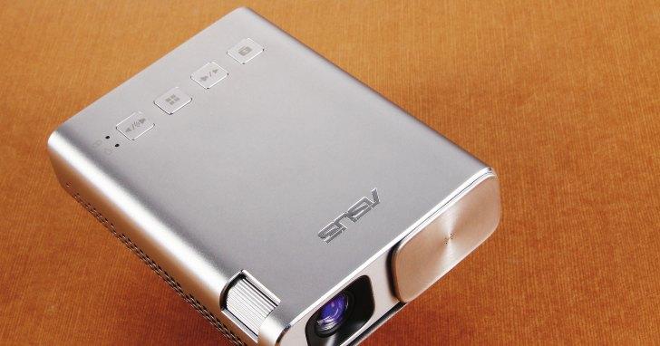 Asus ZenBeam E1- 行動電源大小的微投影機