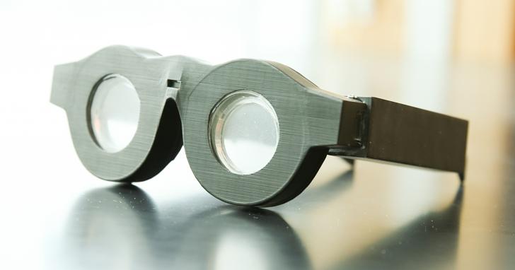 多焦點眼鏡再見?這款眼鏡內建自動對焦液態鏡片,讓你看遠看近都清楚