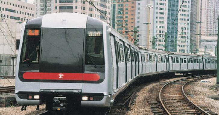 香港地鐵昨晚一列列車起火,17人受傷、2人命危,起火原因為有人在車上自焚