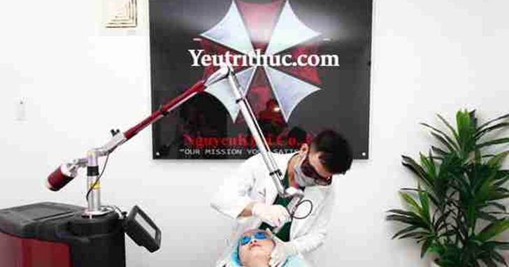 越南這間醫美診所的宣傳海報在網路上爆紅,因為網友發現他們的公司商標「怪怪的」