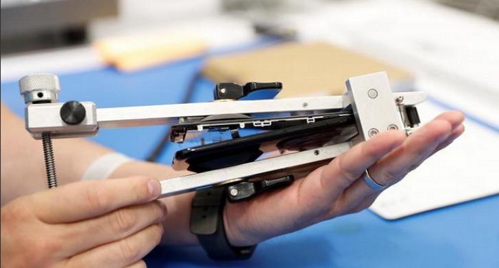 摔壞iPhone螢幕的人太多,蘋果計劃向第三方維修中心提供iPhone專用螢幕修復機