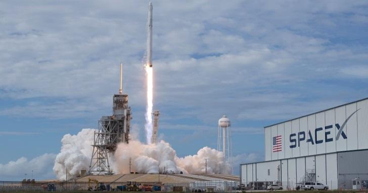 台灣首枚自製衛星「福衛五號」,8 月 25 日委由 SpaceX 發射升空
